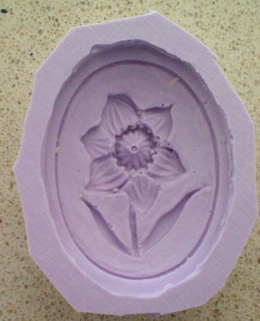 "Daffodil Cameo measures 1 1/2"" x 1""."