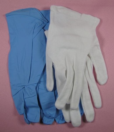 These glove sets will protect your hands from melted isomalt and other food mediums while preventing fingerprints on your finished work. The cotton layer, worn next to the skin, insulates your hands from hot liquids, while the outer latex-free gloves provide another layer of protection while giving your pieces a finished look. These gloves are by CakePlay. Instructions included.